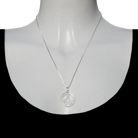 Charm peace with silver necklace 50cm. Material: Rock crystal.